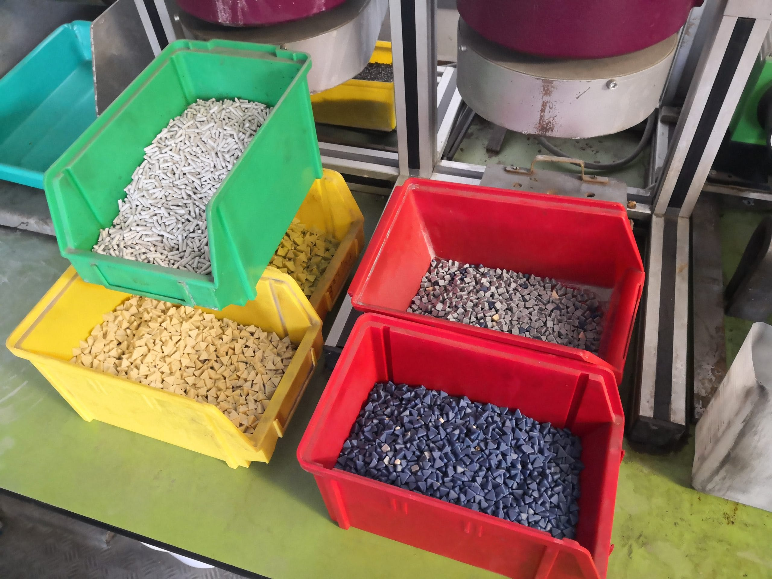 Abrasive granules with different sizes and properties